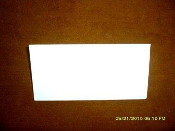 lipat horisontal untuk membuat bekas garis lipatan di tengah kertas